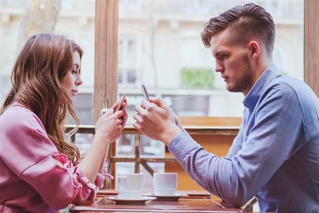 一名上班族PO文抱怨,想結婚卻被討逾百萬元聘金。(示意圖/Shutterstock)