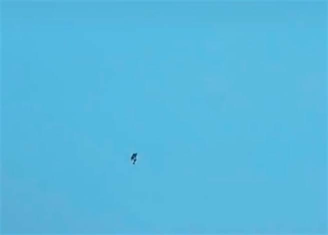 台中驚見鋼鐵人,飛天影片曝光,讓上千網友全看傻。(圖/翻攝自TikTok)
