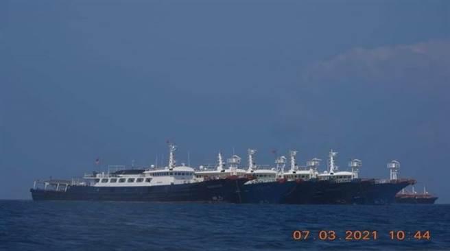 圖為220艘大陸船艦聚集在牛軛礁一帶。(圖/路透社)