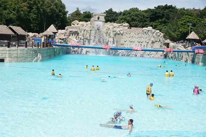 全台規模最大的水樂園「馬拉灣」位於「供5停2」限水區,園方配合節水政策,暫緩親水娛樂,今年開園日「沒有時間表」。(本報資料照片)