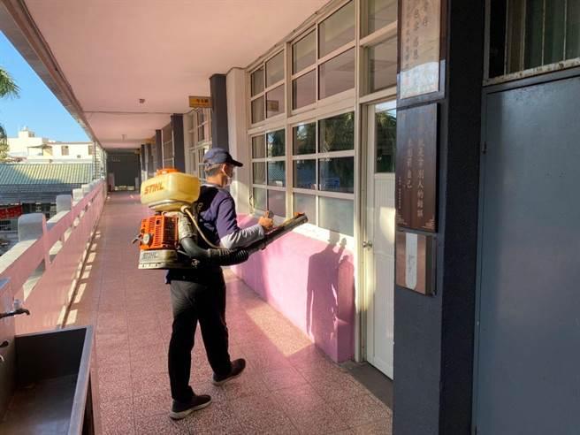 台中市環保局清潔人員,已到各考場教室進行消毒等作業。(盧金足攝)