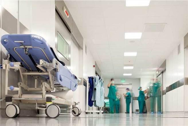 指揮中心醫療應變組副組長羅一鈞表示,6名本土感染源不明個案,有3例是到醫院急診就醫,同時陳時中不否認,出現隱形帶原者。(急診示意圖 資料照 張鎧乙攝)