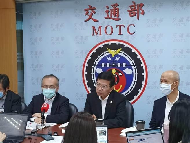 交通部長王國材(右二)宣布防疫升級相關措施(簡立欣攝)