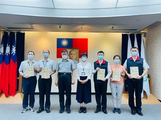 臺北市長柯文哲在市政會議上,頒發採購庇護工廠產品的獎座,給績優的局處,予以表揚。(圖/勞動局提供)