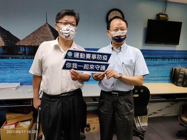 爆發新冠本土疫情,體育署學校體育組長蔡忠益(右)表示,台南大運會照常舉行,但必須遵守室外500人、室內100人以下規定。(黃邱倫)