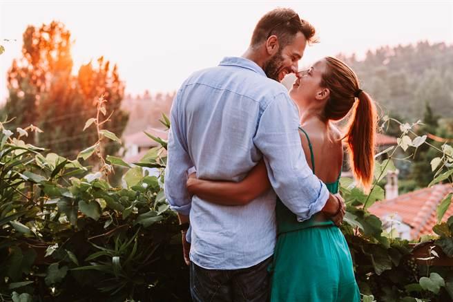 白羊座、巨蟹座和天蠍座的人在戀愛時,屬於傻傻付出不求回報的類型。(示意圖/達志影像)