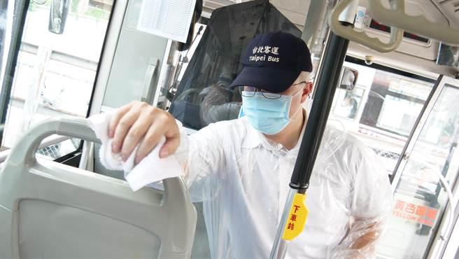 防疫二級警戒 新北公車加密每班次清消。(新北市交通局提供/葉德正新北傳真)