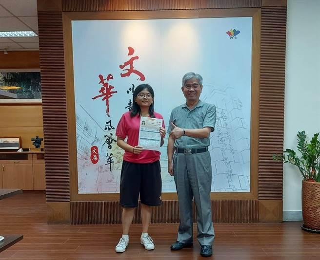 文華高中江予慈高中三年沒補過英文,她把學英文當興趣,不僅多益測驗990分滿分,更如願上台大外文系。(文華高中提供/陳淑娥台中傳真)