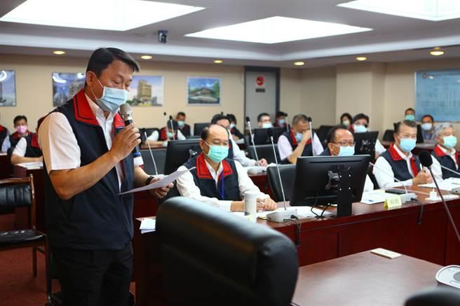 台北市警察局長陳嘉昌11日前往市府向市長柯文哲專案報告。圖為日前陳嘉昌到議會報告。(本報資料照片)