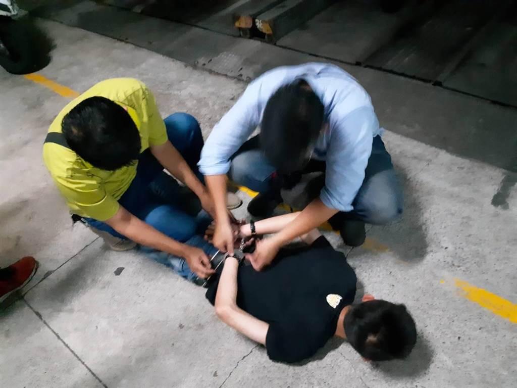 警方以車追人,5小時內逮獲犯嫌,全案朝殺人未遂、加重妨害公務等罪送辦。(翻攝照片/劉宥廷高雄傳真)