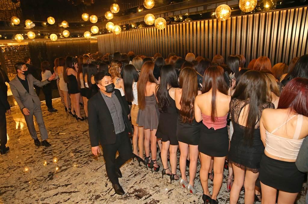 中山分局針對M男模會館及轄區酒店實施高強度臨檢,酒店內所有小姐走到大廳排排站受檢。(陳君瑋攝)