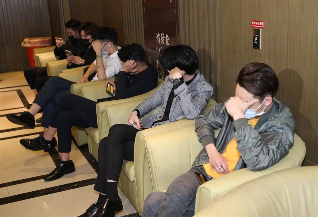 中山分局針對M男模會館及轄區酒店實施高強度臨檢。(陳君瑋攝)