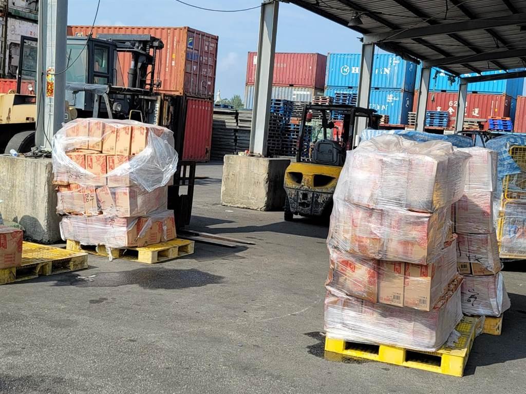 金門料羅港區裝卸作業發生「車禍」,導致滿載高粱酒的貨櫃重摔落地。(民眾提供)