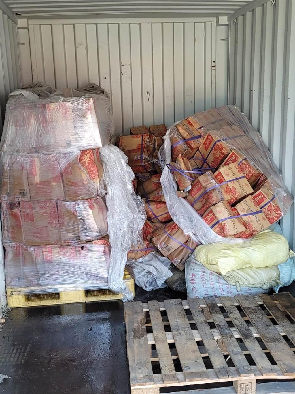 貨櫃內待清理的高粱酒,估計總損失逾50萬元。(民眾提供)