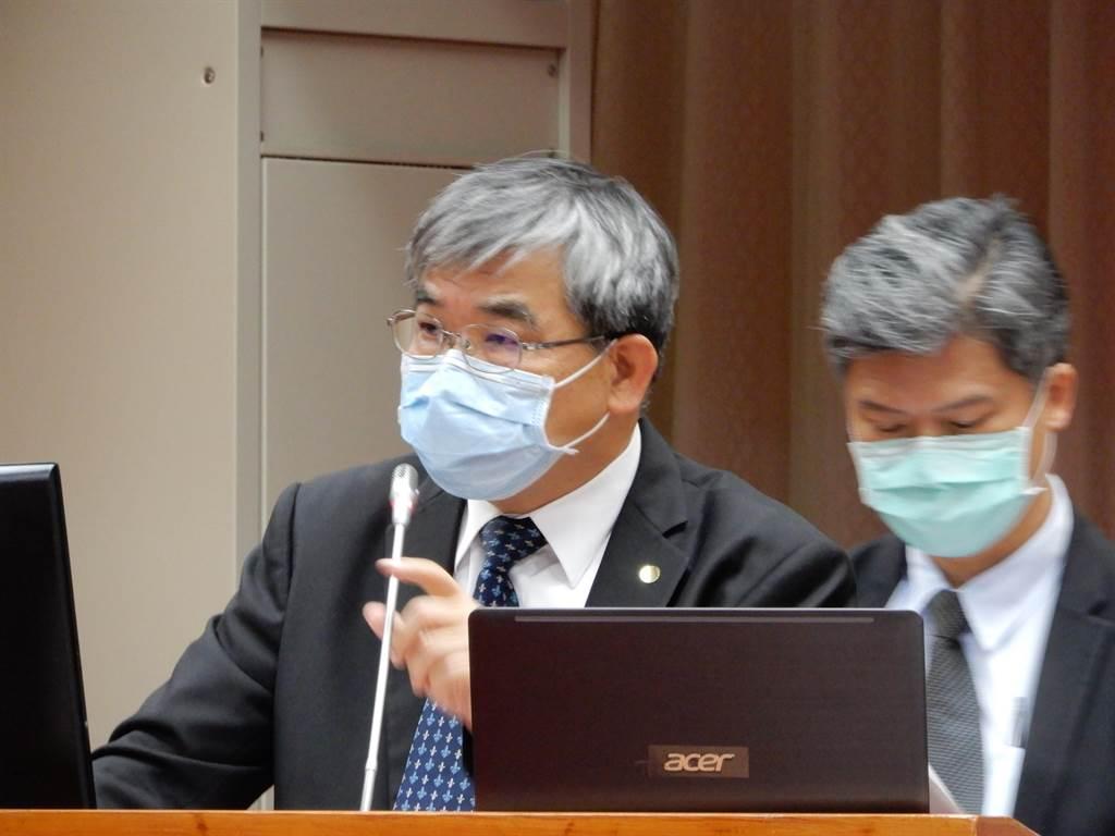 教育部次長蔡清華(左)今天表示,若疫情提升至三級,學校並不會停課。(林志成攝)