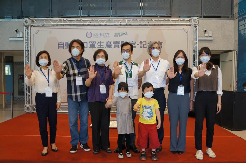 弘光科大舉辦「自動化口罩生產實驗室」記者會,除發表無耳掛黏貼式口罩,並呼籲國人做好自我防護。(王文吉攝)