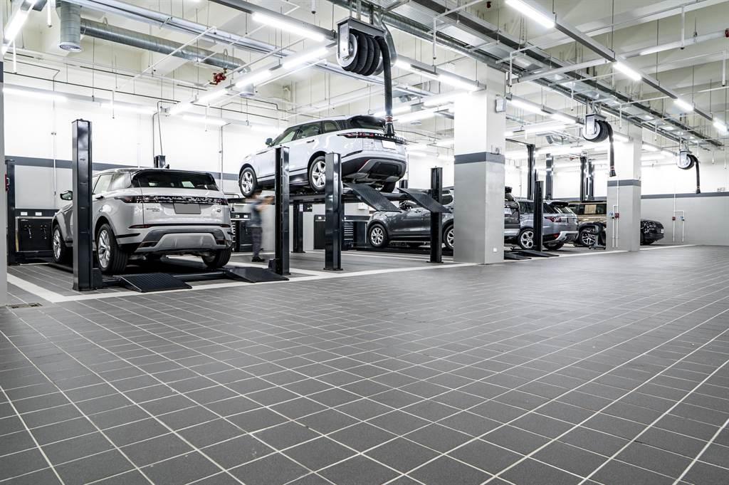 保修服務持續強化,於二、三樓規劃共14個維修工位,提供完整的交車服務。二樓新車交車整備區備有車輛美容及鍍膜專屬區域,三樓全區皆為維修區,也特別規劃三種規格頂高機,以符合Jaguar Land Rover雙品牌不同車款的維修需求。