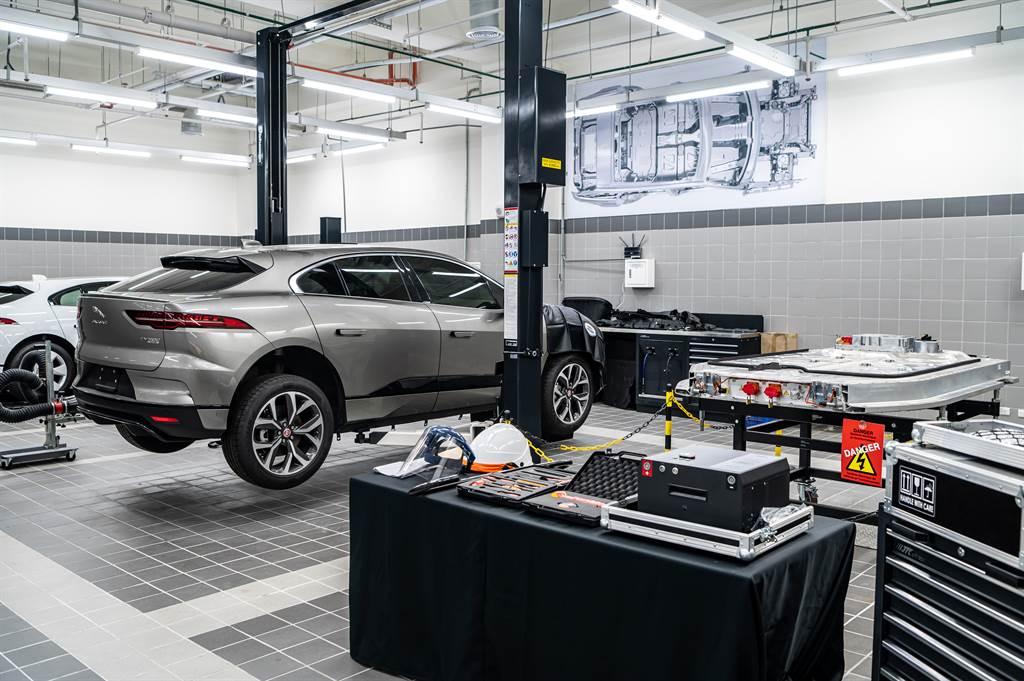 因應全球電動車浪潮,Jaguar Land Rover九和全新旗艦展示暨服務中心亦規劃電動車專屬保修區域及設備,並安排經英國原廠認證授權技師為電動車進行保修服務。此外,展間亦設立AC與DC規格共7座充電樁,迎接電動車新時代。