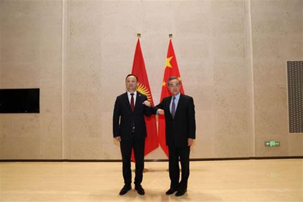 中國+中亞五國外長第二次會晤登場 王毅(右)拋5大建議。(摘自大陸外交部官網)