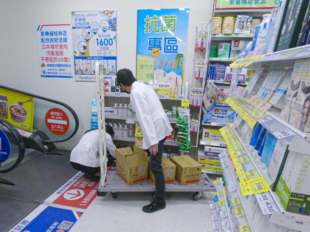 圖四:店員不斷補貨應變人潮。(吳松翰攝)