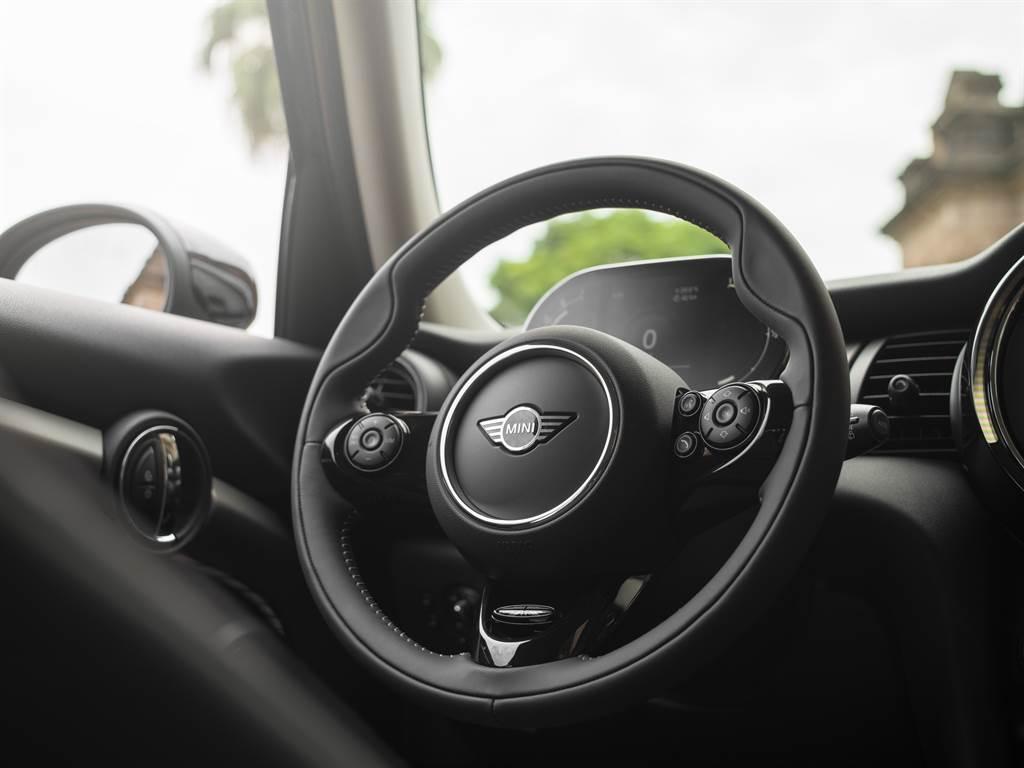柔軟的MINI Yours跑車式真皮方向盤帶來絕佳的駕馭手感。