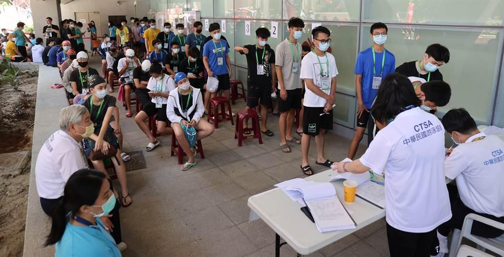 2021台南全大運預計14日開幕,部分項目已經提前進行,圖為游泳項目選手參賽前配合防疫規範戴口罩、實名登記。(運促會提供)