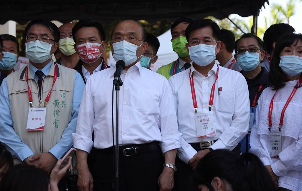 行政院院長蘇貞昌(前排左二)特地南下台南全大運視察防疫工作。(運促會提供)