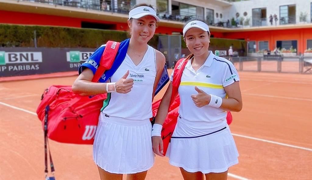 詹詠然(右)、詹皓晴(左)在羅馬網球賽女雙挺進到8強。(劉雪貞提供)