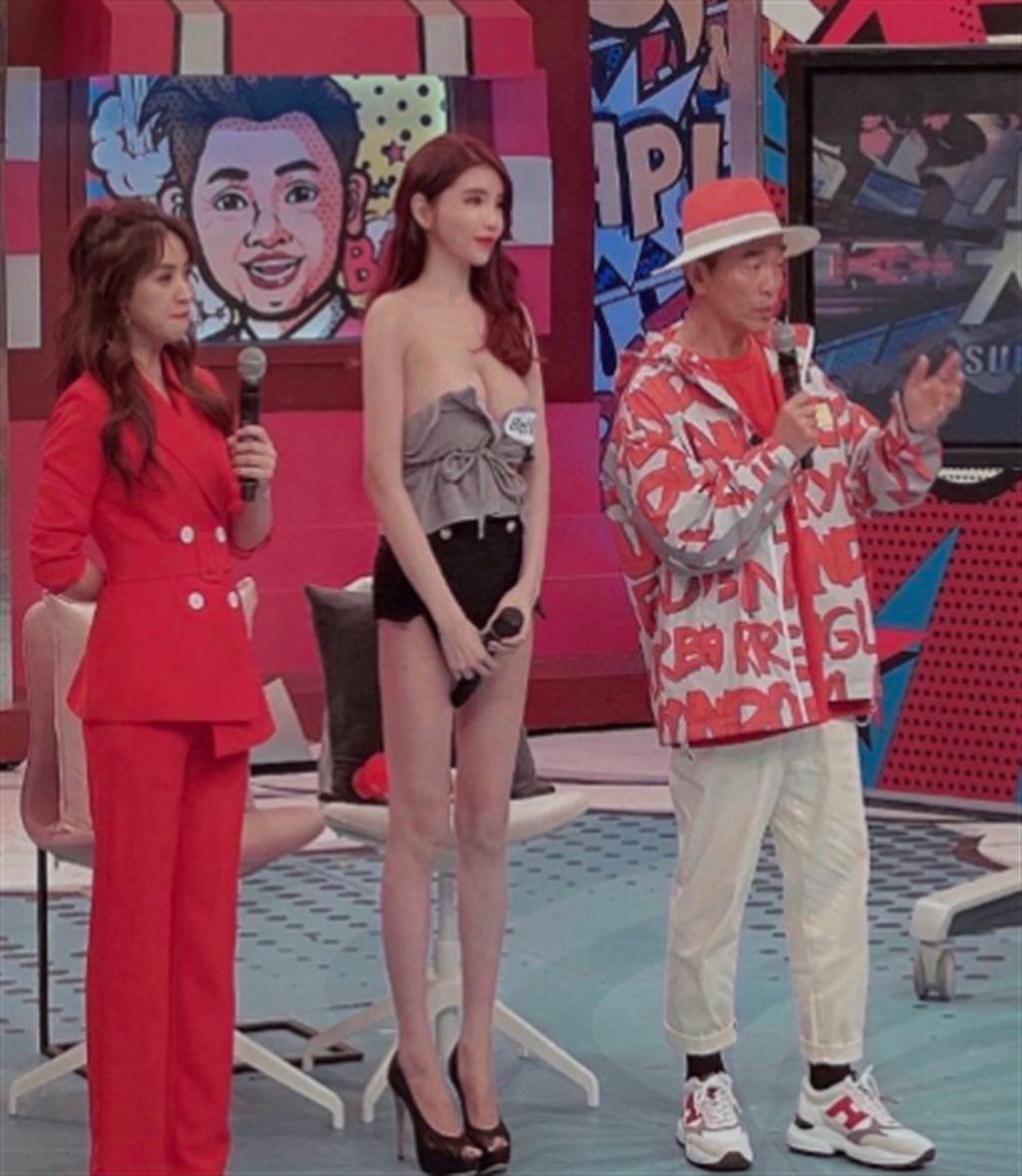 Bella日前上節目《小明星大跟班》,穿著一身極低胸的無肩帶小可愛,讓主持人Sandy都看了目瞪口呆,疑似出現走光。(圖/翻攝自Bella Instagram)