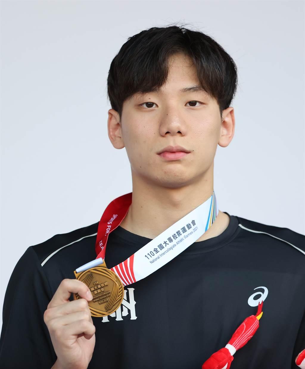 王冠閎在2021台南全大運游泳男子200公尺蝶式游出1分54秒77全國新猷並摘金。(運促會提供)