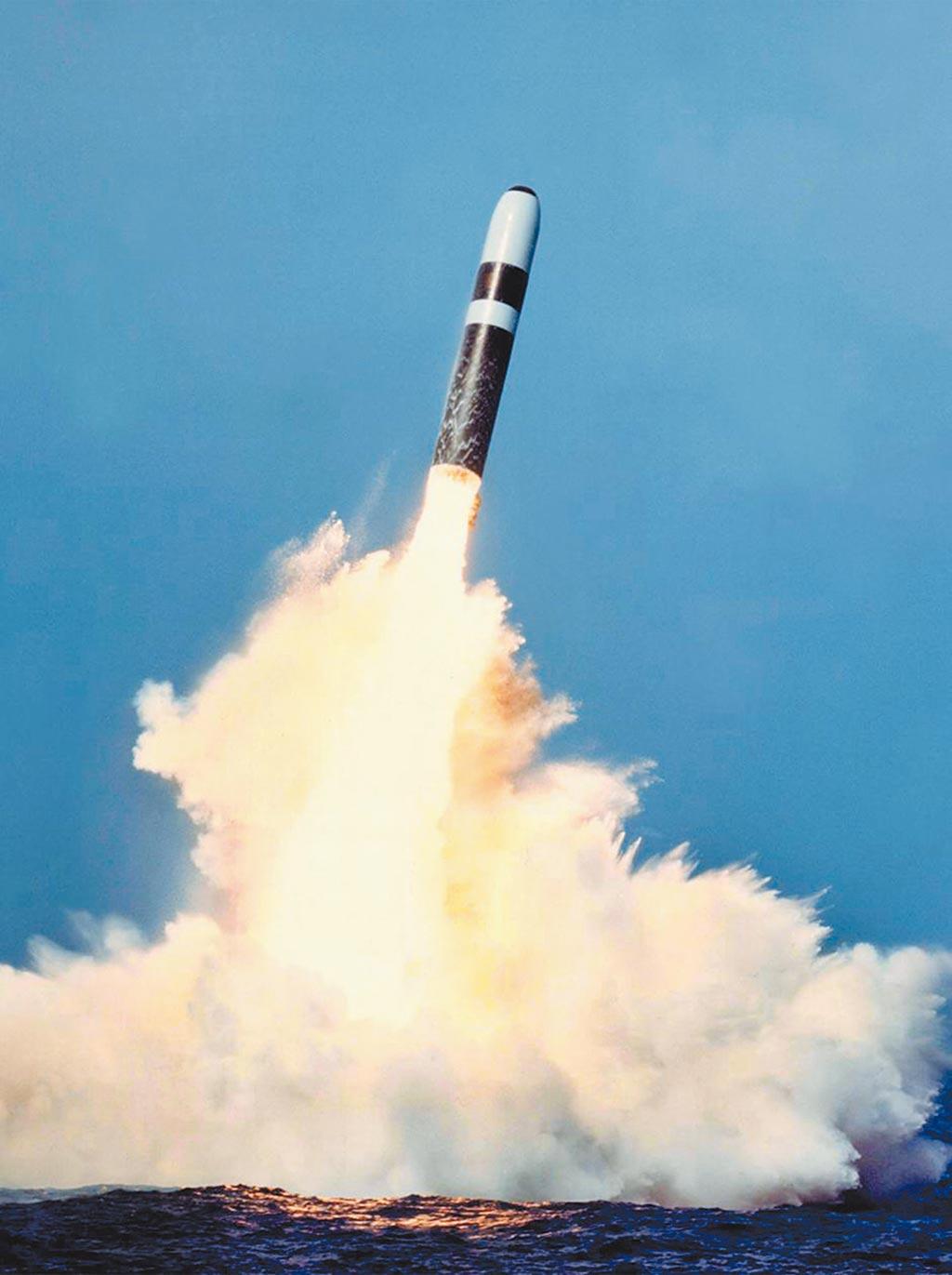 2019年6月2日,大陸曾於渤海試射最新的潛射彈道飛彈「巨浪-3」(JL-3),該型導彈可搭載10枚分導式核彈頭,該彈最大射程可逾16000公里,配備於2021年服役的096型、094型戰略核潛艦。(摘自網路)