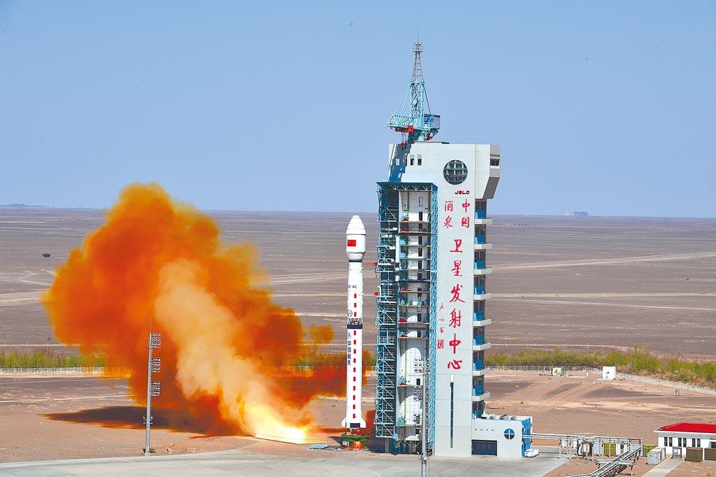 繼美國之後,中國國家航天局也於4月底宣布,將開始論證「小行星防禦系統」,中國的方案可能是「以石擊石」,讓小行星偏離軌道。圖為日前發射的長征四號丙運載火箭。(新華社)