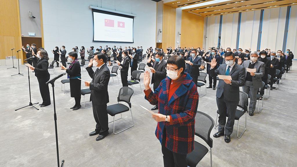 港府將讓公務員到大陸廣東相關單位「掛職」一段時間時。圖為香港政府舉行公務員宣誓儀式。(中新社)