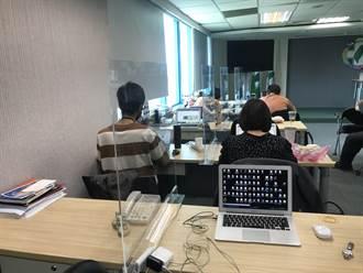疫情擴大 民進黨記者室首度架起隔離板
