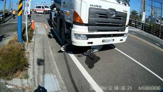 水泥攪拌車碰撞同向機車 機車騎士遭輾當場慘死
