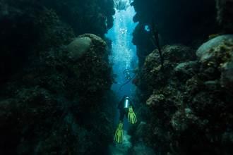 2582年時空旅人曝10秒音檔 深海巨洞驚藏駭人怪物