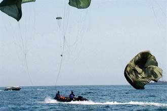 防止傘繩在水中糾纏 美軍有降落傘水下鬆脫裝置