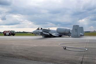 座艙罩噴飛、起落架炸爛 女飛官駕A-10機腹著陸獲獎