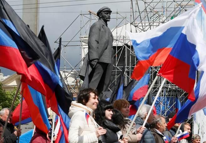 烏克蘭東部的頓茲涅克主張脫離烏克蘭獨立,加入俄羅斯聯邦,後來雖然沒有獨立,但獲得更大的自治權,引起其他烏克蘭東部州仿效。圖為5月11日頓茲涅克舉行紀念獨立公投7周年活動,民眾高舉俄羅斯國旗與列寧塑像。(圖/路透)