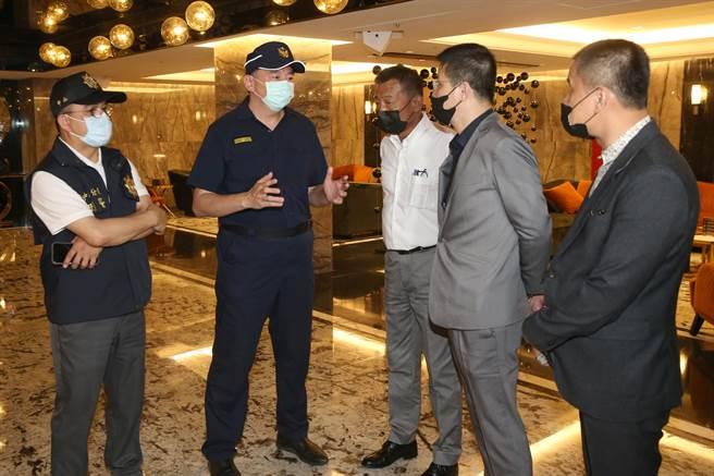 中山分局針對M男模會館實施高強度臨檢,分局長許頌嘉(左二)告誡轄區酒店業者。(陳君瑋攝)