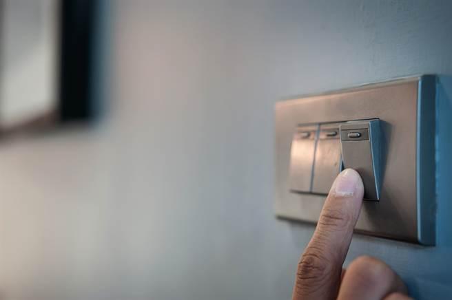 一名男子在網路上發文,指稱自己為了換燈泡關掉自己家的總電源,卻被鄰居怪罪,因為無端關燈害長輩摔下樓過世。(示意圖/Shutterstock)