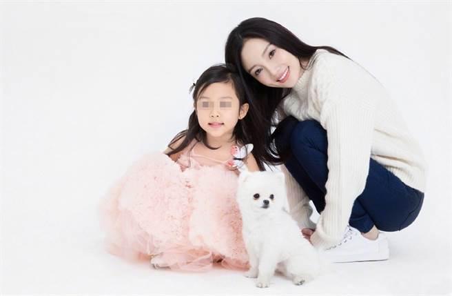 李小璐離婚後和女兒相依為命。(圖/翻攝自李小璐工作室微博)