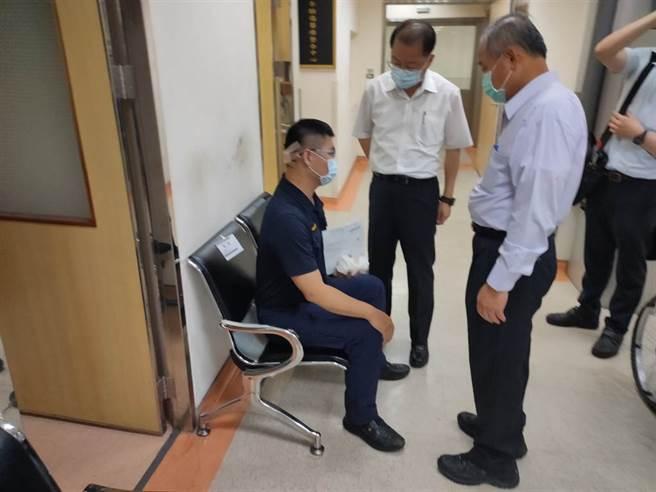 洪嫌過去曾有酒駕遭逮紀錄,疑似為報復警方而行兇,市警局長黃明昭前往醫院探視。(戴志揚翻攝)