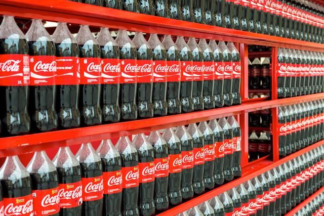 當年在汶川地震中生還的「可樂男孩」薛梟,如今真的到中糧可口可樂(四川)公司工作。(示意圖/shutterstock)