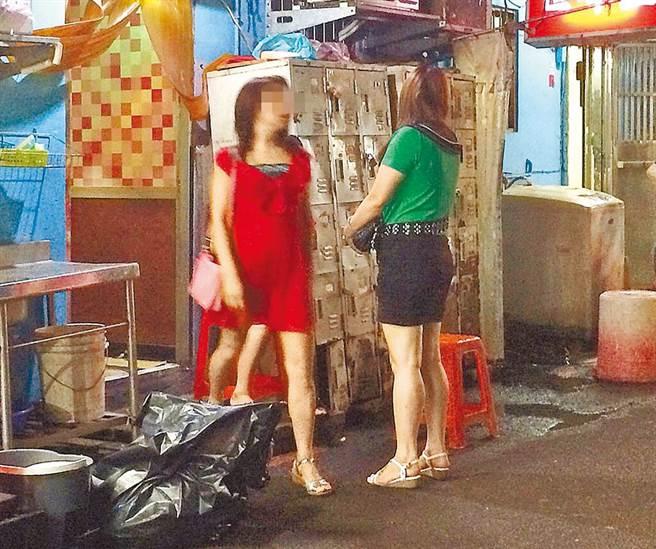北市萬華傳出一名中年婦女確診,從事服務業,在阿公店工作。(示意圖非當事人,本報資料照片)