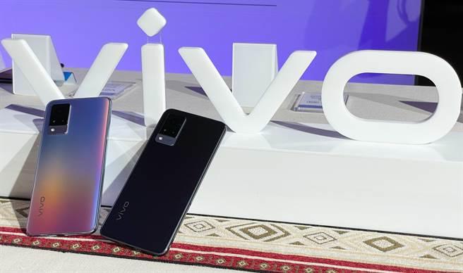 vivo V21 5G提供「奇幻電音」與「厭世藍調」兩色。(黃慧雯攝)
