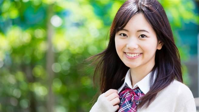 日本女高中生近日流行起「熱熔膠眼淚妝」引起網友熱議。圖片為示意圖非本人。(圖/shutterstock)