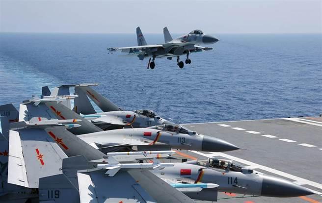 中方海軍遼寧艦航母編隊2018年4月17日在南海持續進行實兵對抗演練,以提升戰力,圖為殲-15艦載戰機在遼寧艦上進行訓練的畫面。(新華社)