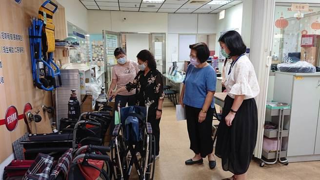 社會局局長謝琍琍(右三)訪視無障礙之家,確認防疫消毒工作。(林雅惠攝)