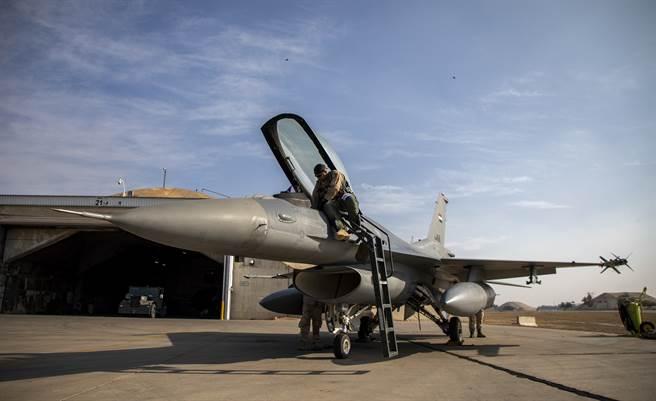 在洛馬人員撤離巴拉德基地後,伊拉克空軍F-16IQ機隊恐迅速失去戰力。(圖/DVIDS)